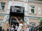 Работники офиса во Владивостоке танцуют на улице в обеденный перерыв