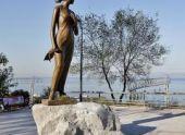 Во Владивостоке установили памятник героине песни «Катюша»